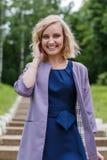 Junge attraktive blonde Frau in einem Sommerpark Stockfotografie