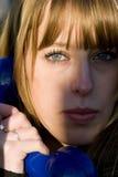 Junge attraktive blonde weibliche Nahaufnahme Lizenzfreie Stockfotos