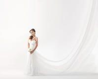 Junge attraktive Braut mit dem Blumenstrauß der weißen Rosen Lizenzfreie Stockfotografie