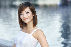 Junge attraktive chinesische Dame durch Fluss Lizenzfreies Stockfoto