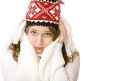 Junge attraktive einfrierende Frau mit Schutzkappe und Schal Lizenzfreies Stockfoto