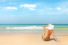 Junge attraktive Frau auf dem Strand lizenzfreies stockbild