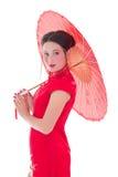 Junge attraktive Frau auf roten Japaner kleiden mit Regenschirm isola an Lizenzfreie Stockfotografie