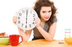 Junge attraktive Frau in der Küche Lizenzfreie Stockfotografie