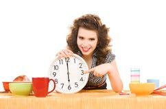 Junge attraktive Frau in der Küche Lizenzfreies Stockfoto