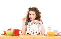 Junge attraktive Frau in der Küche Lizenzfreie Stockfotos