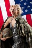 Junge attraktive Frau in der Militär-Kleidung stockfotos