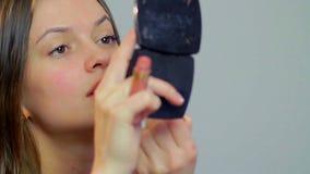 Junge attraktive Frau der Nahaufnahme zeichnet Lippen, rotes Lippenstiftmake-up stock video