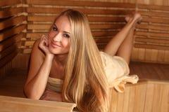 Junge attraktive Frau in der Sauna Lizenzfreie Stockfotografie