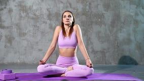 Junge attraktive Frau, die das Ausdehnen vor der Ausbildung tut Frau, die Yoga tut stock video footage