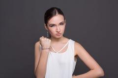 Junge attraktive Frau, die Durchschlagsgeste zeigt Lizenzfreie Stockfotos