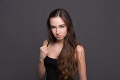 Junge attraktive Frau, die Durchschlagsgeste zeigt Lizenzfreies Stockbild