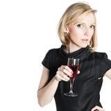 Junge attraktive Frau, die ein Glas Rotwein anhält Stockbilder