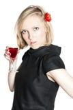 Junge attraktive Frau, die ein Glas Rotwein anhält Lizenzfreies Stockfoto