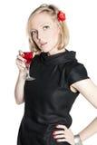 Junge attraktive Frau, die ein Glas Rotwein anhält Stockfotos