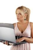 Junge attraktive Frau, die ein Notizbuch anhält Lizenzfreie Stockbilder