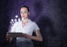 Junge attraktive Frau, die eine Tablette hält Stockbild