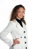 Junge attraktive Frau, die eine weiße Jacke trägt Stockfoto