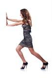 Junge attraktive Frau, die Hindernisse drückt Stockfotografie