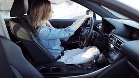 Junge attraktive Frau, die ihr Auto, erfolgreiche Geschäftsfrau fährt stock video