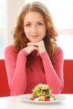 Junge attraktive Frau, die im Café sitzt lizenzfreie stockfotos