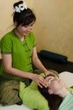 Junge attraktive Frau, die Massage erhält Stockfoto