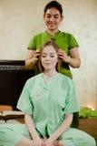 Junge attraktive Frau, die Massage erhält Lizenzfreies Stockfoto