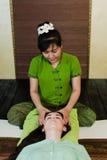 Junge attraktive Frau, die Massage erhält Lizenzfreie Stockfotos