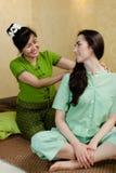 Junge attraktive Frau, die Massage erhält Lizenzfreie Stockfotografie