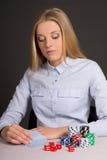 Junge attraktive Frau, die Poker im Kasino spielt Lizenzfreie Stockfotografie