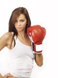 Junge attraktive Frau, die rote Verpackenhandschuhe trägt lizenzfreie stockbilder