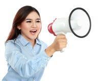 Junge attraktive Frau, die unter Verwendung des Megaphons schreit Stockfotografie