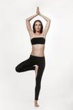 Junge attraktive Frau, die Yoga tut Stockbild