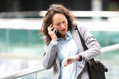 Junge attraktive Frau, die zu einer Verabredung spät ist Lizenzfreie Stockbilder