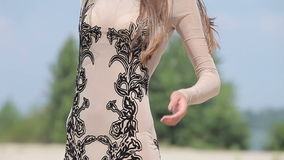 Junge attraktive Frau in einem transparenten sexy schleichenden Kleid stock video