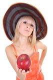 Junge attraktive Frau im Hut, der roten Apfel gibt Stockfotos