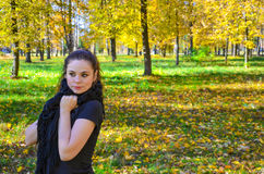 Junge attraktive Frau im Park lizenzfreies stockfoto