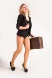 Sexy blonde Frau auf altem Koffer Stockbild