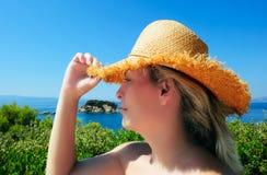 Junge attraktive Frau im Strohhut Stockfotos