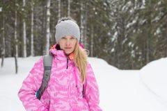Junge attraktive Frau im Winterwald Lizenzfreie Stockbilder