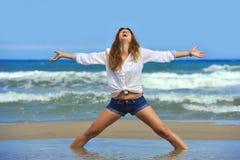 Junge attraktive Frau kurz gesagt entspannen herein sich am Strand in der Freiheit Co Stockfoto