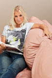 Junge attraktive Frau liest Buch Lizenzfreies Stockbild