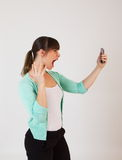 Junge attraktive Frau mit dem Handtelefon Stockfotografie