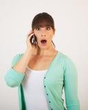 Junge attraktive Frau mit dem Handtelefon Lizenzfreies Stockbild