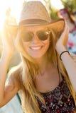 Junge attraktive Frau mit Hut an einem Sommertag Stockfoto