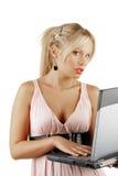 Junge attraktive Frau mit Notizbuch Lizenzfreie Stockfotos