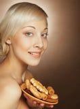 Junge attraktive Frau mit Plätzchen Lizenzfreie Stockfotos
