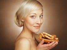Junge attraktive Frau mit Plätzchen Lizenzfreie Stockbilder