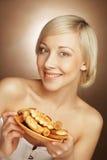 Junge attraktive Frau mit Plätzchen Stockfoto
