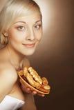 Junge attraktive Frau mit Plätzchen Stockfotografie